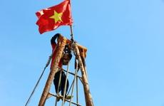 Cờ Tổ quốc tung bay trên nóc tàu ngư dân Thị xã La Gi