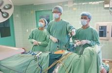 Quảng Bình: Nhịn tiểu nhiều giờ trên xe khách, 1 cụ bà nhập viện vì vỡ bàng quang