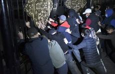 Người biểu tình lao vào tù phóng thích cựu tổng thống Kyrgyzstan
