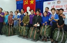 Nhóm thiện nguyện phu nhân nguyên Chủ tịch nước Trương Tấn Sang tặng 3.500 bộ áo phao cho ngư dân miền Trung và DK1