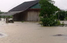 Hơn 100 nhà dân vùng 'rốn lũ' Tân Hóa chìm trong biển nước