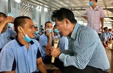 'Kép độc' Khánh Tuấn mang niềm vui đến bệnh nhân tâm thần