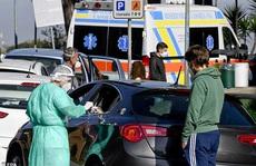 Bệnh nhân Covid-19 phải thở oxy trong xe hơi