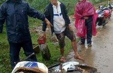 Quảng Ngãi: Sạt lở núi, 2 người thoát chết trong gang tấc