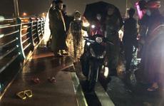 Nghi vấn mẹ ôm 2 con nhảy cầu tự tử lúc nước lũ dâng cao