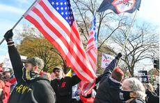 Người biểu tình ủng hộ và phản đối Tổng thống Donald Trump đối đầu gần Nhà Trắng
