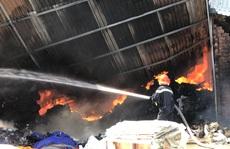 Cháy kho phế liệu, hóa chất trong khu dân cư ở Bình Dương