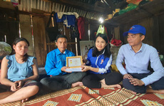 Trao huy hiệu 'Tuổi trẻ dũng cảm' cho thanh niên cứu 3 phụ nữ bị lũ cuốn trôi