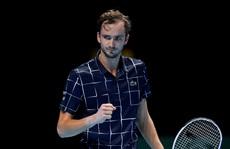 Daniil Medvedev dễ dàng đè bẹp 'Hoàng tử' quần vợt Đức