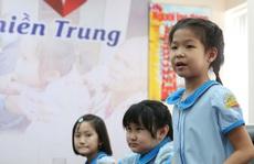 Đoàn học sinh Trường Tiểu học Lê Ngọc Hân đến Báo Người Lao Động ủng hộ 'Trái tim miền Trung'