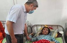 Thứ trưởng Bộ Y tế động viên nạn nhân vụ sạt lở Trà Leng