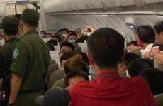Vụ đốt giấy trên máy bay: Vì sao hành khách có thể mang bật lửa lên máy bay?