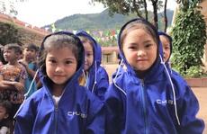 Chubb Life Việt Nam tặng hơn 15.000 áo ấm cho trẻ em vùng lũ