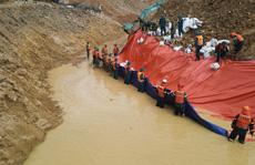 Hoàn thành đắp đập ngăn dòng Rào Trăng để tìm kiếm 12 người mất tích