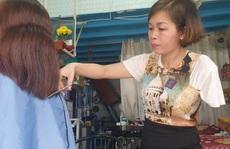 Người phụ nữ hớt tóc điêu luyện bằng một tay