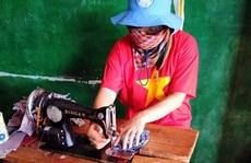 Nữ sĩ quan may hơn 500 khẩu trang tặng đồng nghiệp 'mũ nồi xanh' và người dân Trung Phi
