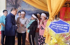Ông Nguyễn Thiện Nhân thăm hỏi gia đình gặp nạn vì thiên tai