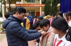 Mang áo ấm đến học sinh vùng cao