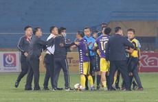 Hình ảnh CLB Hà Nội bao vây chỉ trích trọng tài 'nhao nhao như chợ trời'