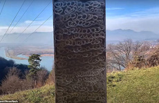 Cột kim loại bí ẩn 'bốc hơi' khỏi sa mạc Mỹ, xuất hiện gần pháo đài Romania