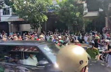 Hàng trăm người tập trung trước phòng gym tìm người xúc phạm cố nghệ sĩ Chí Tài