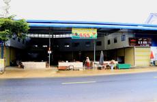 Người phụ nữ ngang nhiên lấn chiếm hành lang quốc lộ, xây dựng chợ cá nhân