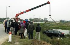 Toyota Vios tông bay cột mốc lao xuống ruộng, tài xế tử vong