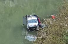 Xe tải chở 3 người bất ngờ lao từ trên đường cao hơn chục mét xuống sông