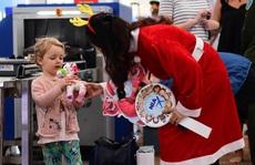 Khách nhí đến sân bay Nội Bài nhận ngay quà Giáng sinh