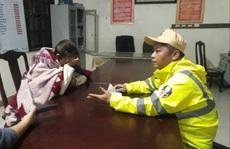 CSGT lao mình xuống sông Hương cứu người phụ nữ giữa đêm tối