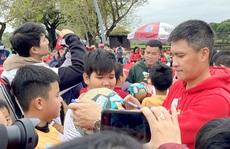Công Vinh gặp bạn cũ Lê Văn Trương trong ngày truyền cảm hứng bóng đá ở Huế