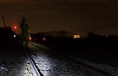 Ngủ trên đường ray, người đàn ông bị tàu lửa tông tử vong