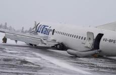 Càng bị lỗi, máy bay 'nằm sấp bụng' trên cánh đồng tuyết ở Nga