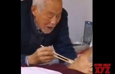 Rớt nước mắt cảnh cụ ông nhiễm Covid-19 đút thức ăn cho vợ