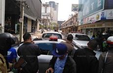 Buồn chuyện gia đình, xách súng nã liên tục lên trời giữa Bangkok