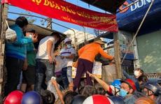 'Giải cứu' nông sản: Người dân xếp hàng nhận dưa hấu và ủng hộ tiền hỗ trợ kinh phí