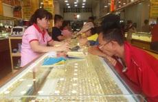 Sát ngày Thần Tài, tiệm vàng tấp nập người mua
