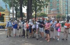 Các điểm phát hàng ngàn khẩu trang miễn phí cho du khách ở TP HCM