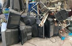 Công khai 'xẻ thịt' rác độc hại trong khu dân cư