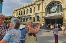 Nhiều đoàn khách quốc tế tham quan, mua sắm ở TP HCM