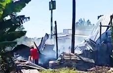 CLIP: Bà đi làm thuê, 3 cháu nhỏ thoát chết thần kỳ từ căn nhà cháy rụi