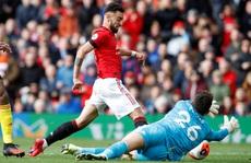 Tân binh Fernandes rực sáng, Man United bay vào Top 5