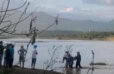 Lật thuyền chở 10 người trên sông Vu Gia, 6 người chết và mất tích