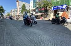 Loạng choạng tay lái đi qua con đường 'tróc lở' giữa trung tâm TP HCM