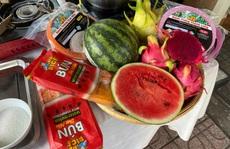 Nhiều người tò mò với bún dưa hấu và bánh tráng thanh long tại phiên chợ Xanh