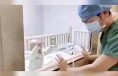 Nhói lòng cha bật khóc vì con nhiễm virus corona đòi bế