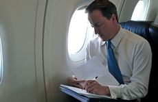 Vệ sĩ cựu thủ tướng Anh quên súng nạp đạn trong nhà vệ sinh máy bay