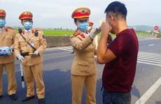 CSGT Quảng Bình 'chặn' hàng ngàn ôtô để phát khẩu trang phòng dịch
