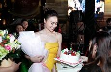 Ninh Dương Lan Ngọc chơi sang bao rạp, lì xì vàng cho fan