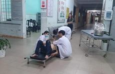 Xe máy lao vào 3 người đang đi bộ trong đêm, khiến 4 người bị thương